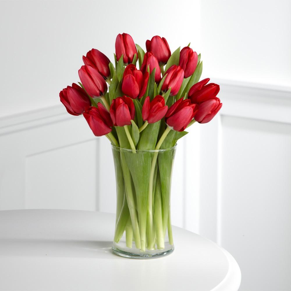 покупке тюльпаны фото букеты рукой юноша держит